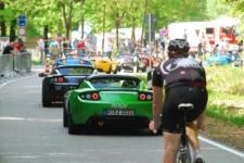 Rennradler hinter Tesla-Stau am Ziel